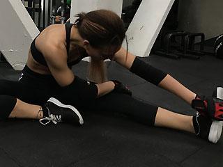 sexy gym girl xSportWetGirlx stretching